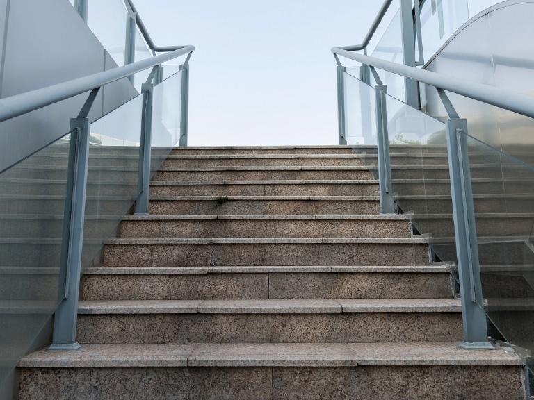 schody zkamienia