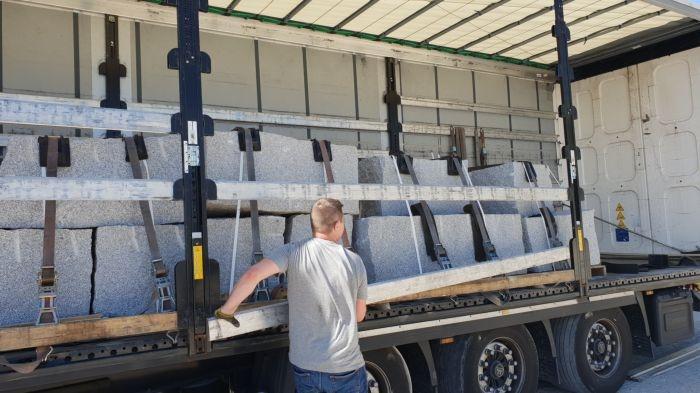 ciężarówka z granitem szarym na drodze
