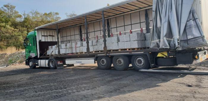 ciężarówka z kamieniem marmurowym na drodze