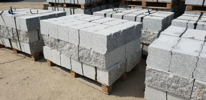 stos kamieni murowych na palecie