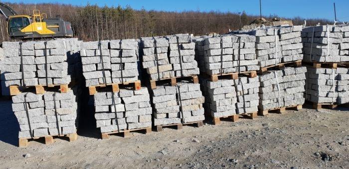 stos kamieni murowych granitowych na paletach