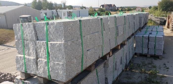 kamienie murowo granitowe cięto łupane na paletach