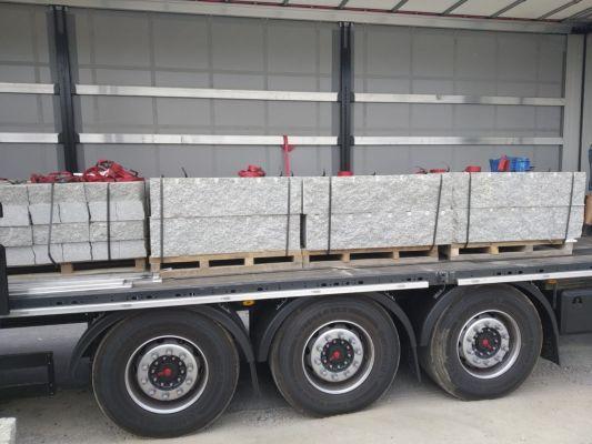 kamienie murowe cięto łupane na ciężarówce