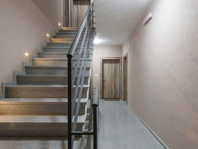 brązowe schody